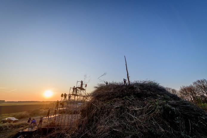 Het paasvuur van Dijkerhoek was vorig jaar de grootste van Nederland. Ook nu hopen de bouwers de competitie weer te winnen.