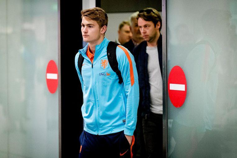 Ajacied Matthijs de Ligt bij aankomst op Schiphol na de verloren WK-kwalificatiewedstrijd tegen Bulgarije Beeld ANP