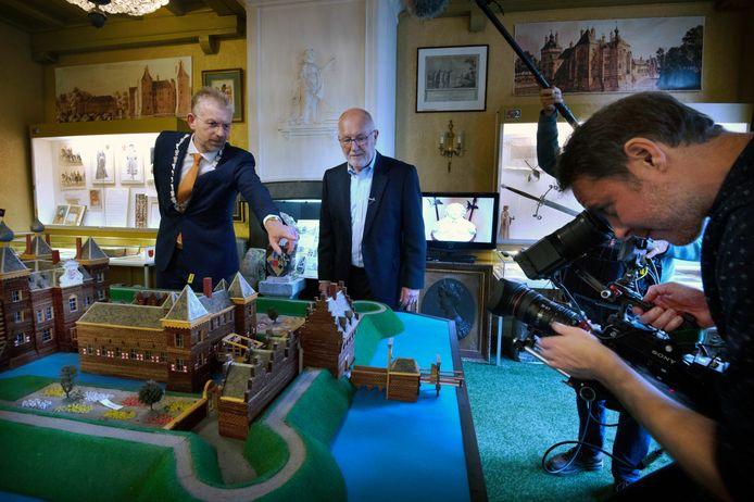 De Amerikaanse ambassadeur in Nederland Pete Hoekstra (midden) laat een film maken over de naderende presidentsverkiezingen: het stadje Buren speelt daar met haar burgemeester Jan de Boer (links) een prominente rol in.