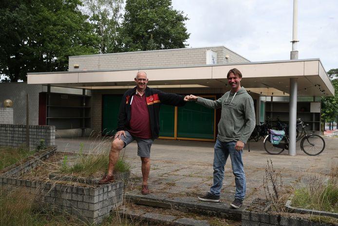 Leo Hazelzet (links) en Joost van Traa bij het oude TCV-paviljoen op sportpark Den Dries, dat verbouwd moet worden tot het nieuwe thuishonk van The Vets.