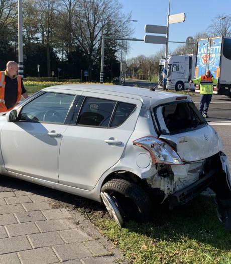Vrachtwagen rijdt achterop auto voor oranje verkeerslicht in Helvoirt