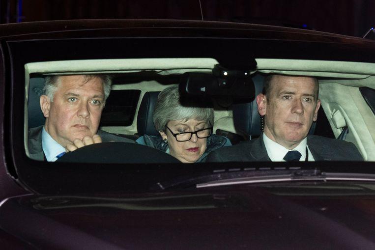Theresa May verlaat het parlement maandagnacht nadat de 'Commons' haar opzij hebben geschoven.