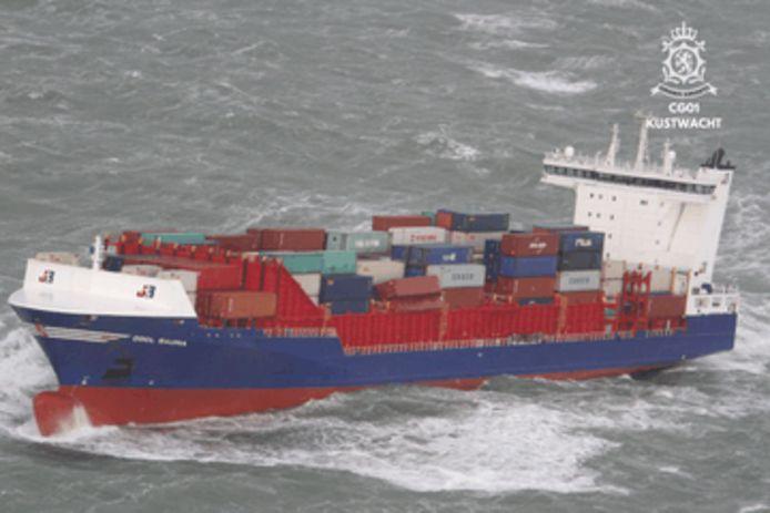 Het schip OOCL Rauma. Te zien is hoe aan bakboord containers van het schip zijn gevallen.