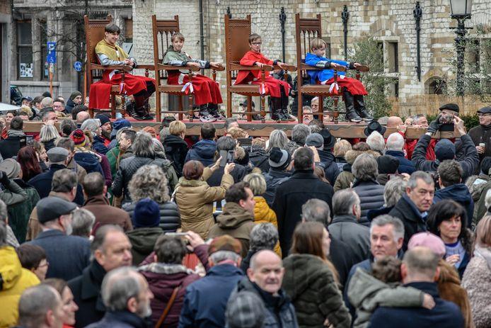 De broers Cassiman werden door de Pijnders rond de Grote Markt gedragen, tussen een enthousiaste menigte.