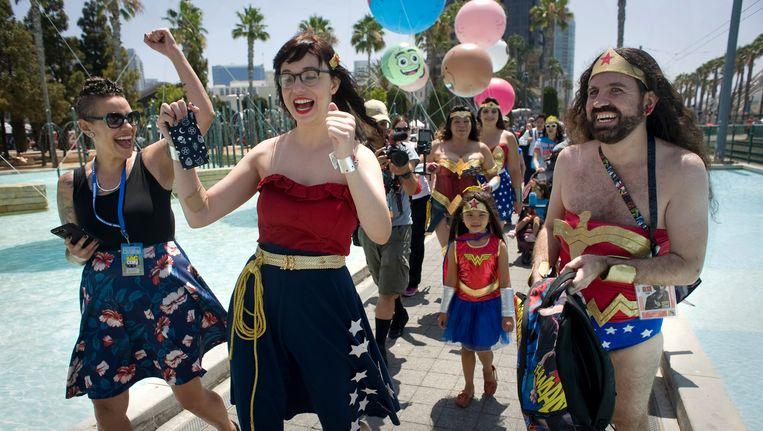 Enkele vrouwen en een man namen verkleed als Wonder Woman deel aan de Women's March. Beeld epa
