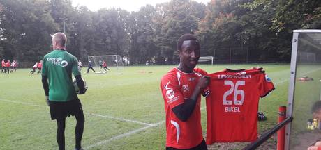 NEC'er Bikel signeert zijn Heerenveen-shirts voor het goede doel