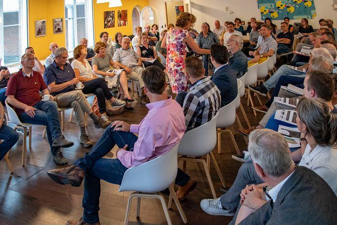 Een pre-Corona plaatje van een bijeenkomst over de Hispohal vorig jaar. De belangstelling vanuit de buurt is groot.