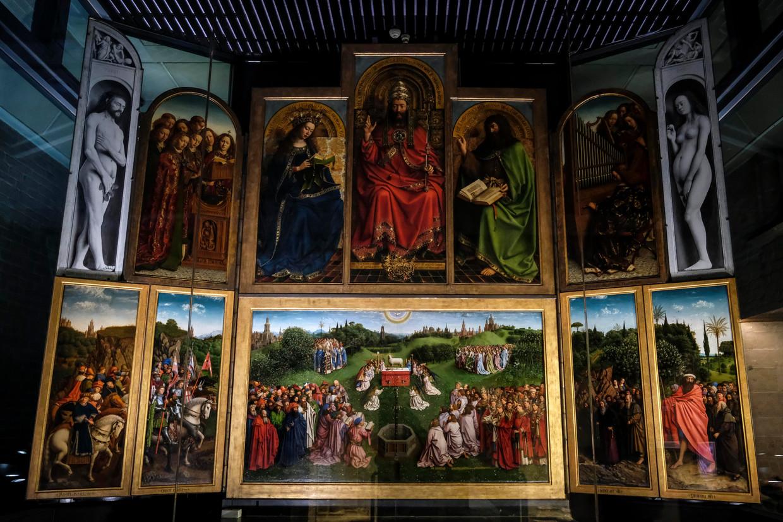 Het Lam Gods in de SInt-Bataafsekathedraal in Gent. Linksonder een kopie van de 'Rechtvaardige Rechters', het paneel dat nog altijd vermist is.  Beeld Belga