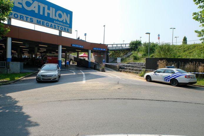 Na de vondst van het lichaam werd de parking afgesloten.
