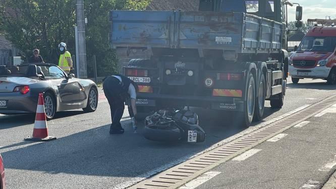 Motorrijder gewond na botsing op stilstaande vrachtwagen