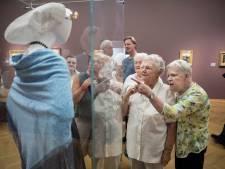 Duindorpers gezellig met de bus naar het museum