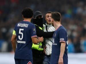 Un supporter surgit derrière Messi, des affrontements avec la police, Neymar visé par des projectiles: un Classique sous tensions