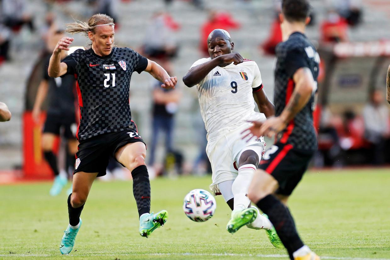 Romelu Lukaku trapt de bal tussen de Kroatische verdedigers door, in Brussel. Beeld Photo News