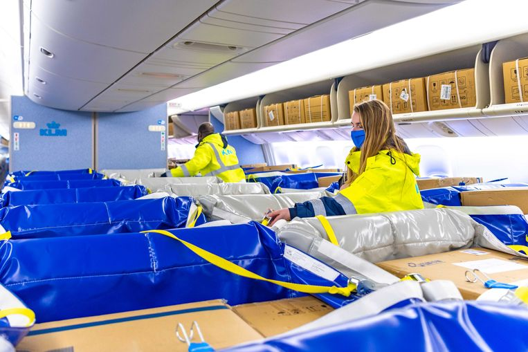 KLM vervoert met nieuwe vinding meer medische vracht op passagiersstoelen. Beeld KLM Cargo