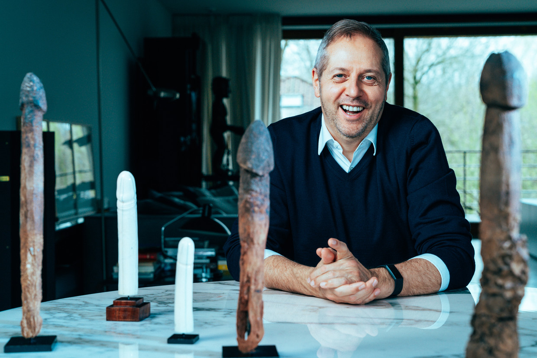 Piet Hoebeke bezit thuis een collectie behoorlijk indrukwekkende fallussen. Toch is de lengte niet het belangrijkste, zegt hij. 'Beter een kleine echte dan een grote lookalike.' Beeld Illias Teirlinck