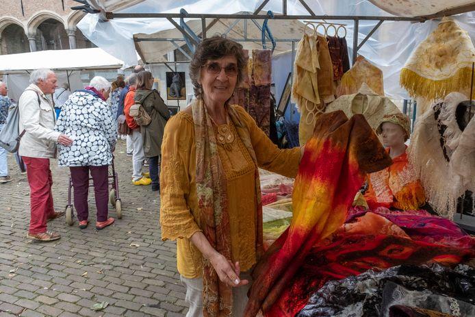 De Vlaamse Danny Dirckx is vanaf de eerste Kunstmarkt van de partij. De maakster van luxe zijden en vilten sjaals komt graag naar Middelburg.