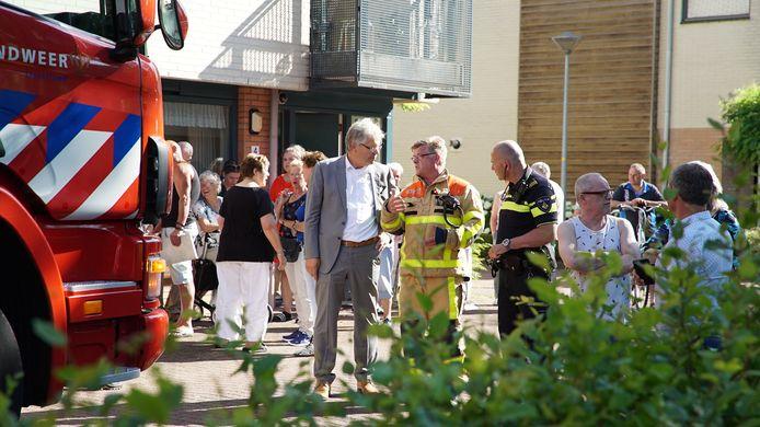 Jos Penninx, burgemeester van Voorst, laat zich bijpraten over de brand in Twello
