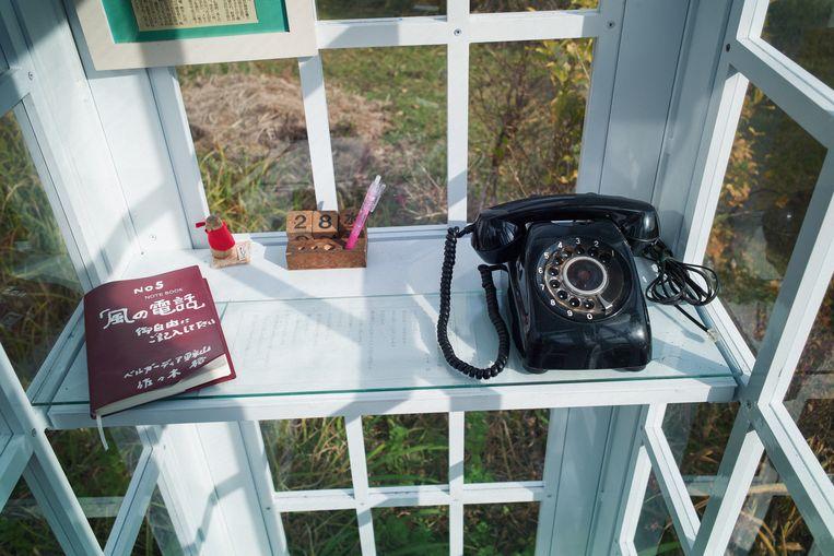 Japanse Lage Tafel.In Deze Japanse Telefooncel Kan Je Bellen Met De Doden De Telefoon
