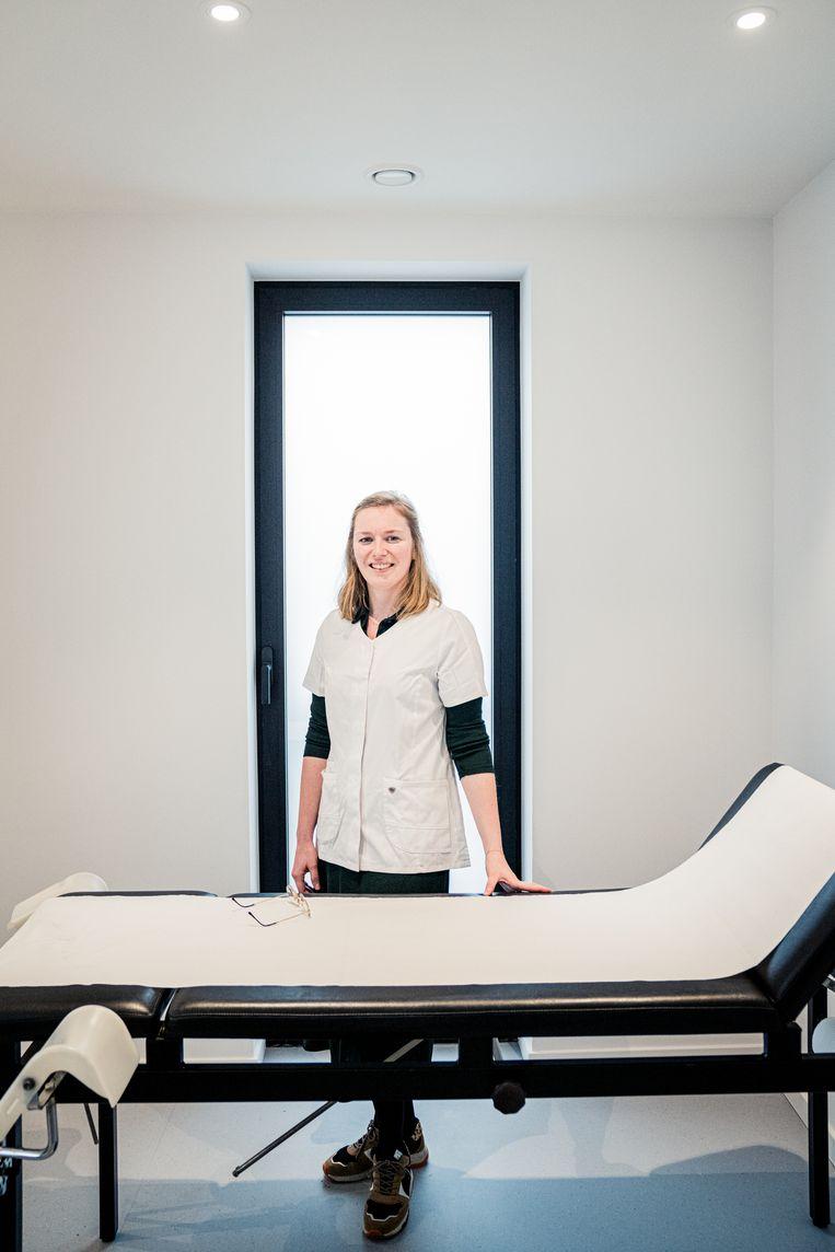 Joke Versmissen: 'Ik voelde me soms een speelbal. Patiënten die op een testresultaat moesten wachten, of in quarantaine moesten: alle opgebouwde frustratie kwam op de huisartsen terecht.' Beeld Wouter Van Vaerenbergh
