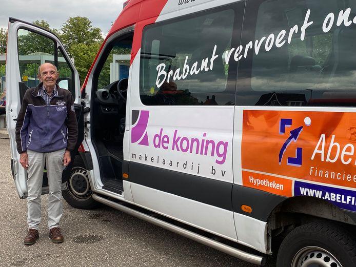 Frans Gijsbers van lijn 204 bij zijn buurtbus.