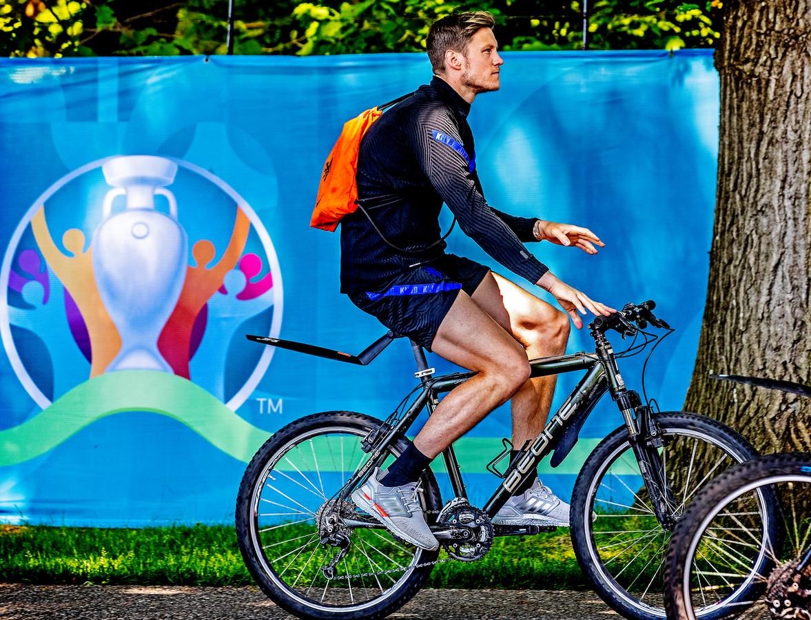 Weghorst komt op zijn fiets aan bij het trainingsveld.