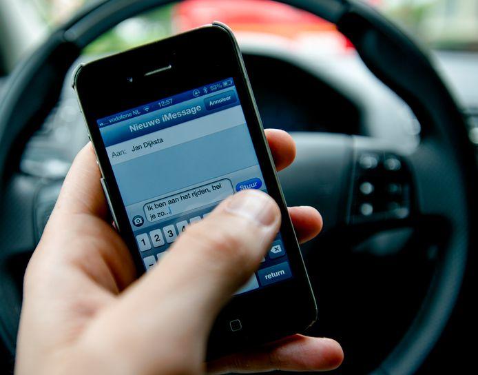 Wie wordt gesnapt met appen achter het stuur, krijgt een boete van 240 euro.