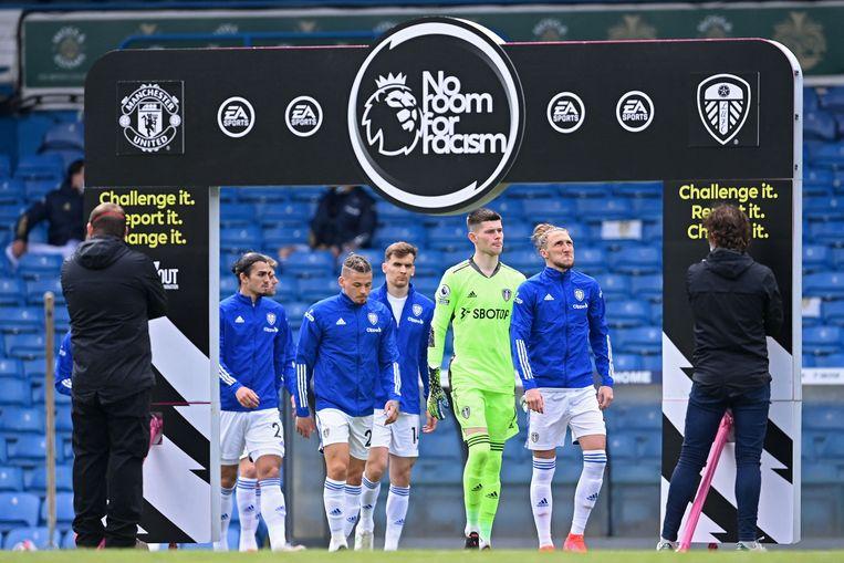 Spelers van Leeds maakten zondag een statement tegen racisme. In Nederland wil de KNVB racisme op sociale media aanpakken. Beeld AFP
