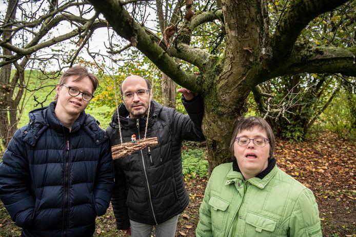 Stefan, Jasper en Susan van het Drutense Thomashuis bij één van hun creaties op het kabouterpad.
