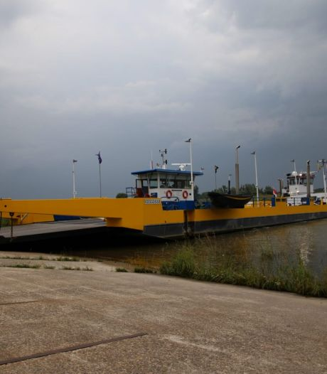 Veerpont Doornenburg-Pannerden uit de vaart door aanvaring