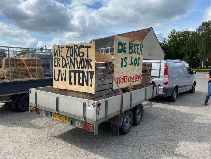 Wagens met leuzen staan klaar voor vertrek naar De Bilt.