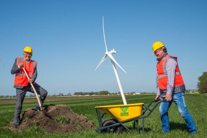 Jan van Werven (rechts) kruit symbolisch een windmolentje naar de locatie waar straks vier echt windmolens verrijzen. Wethouder Bob Bergkamp steekt symbolisch een schop in de grond.
