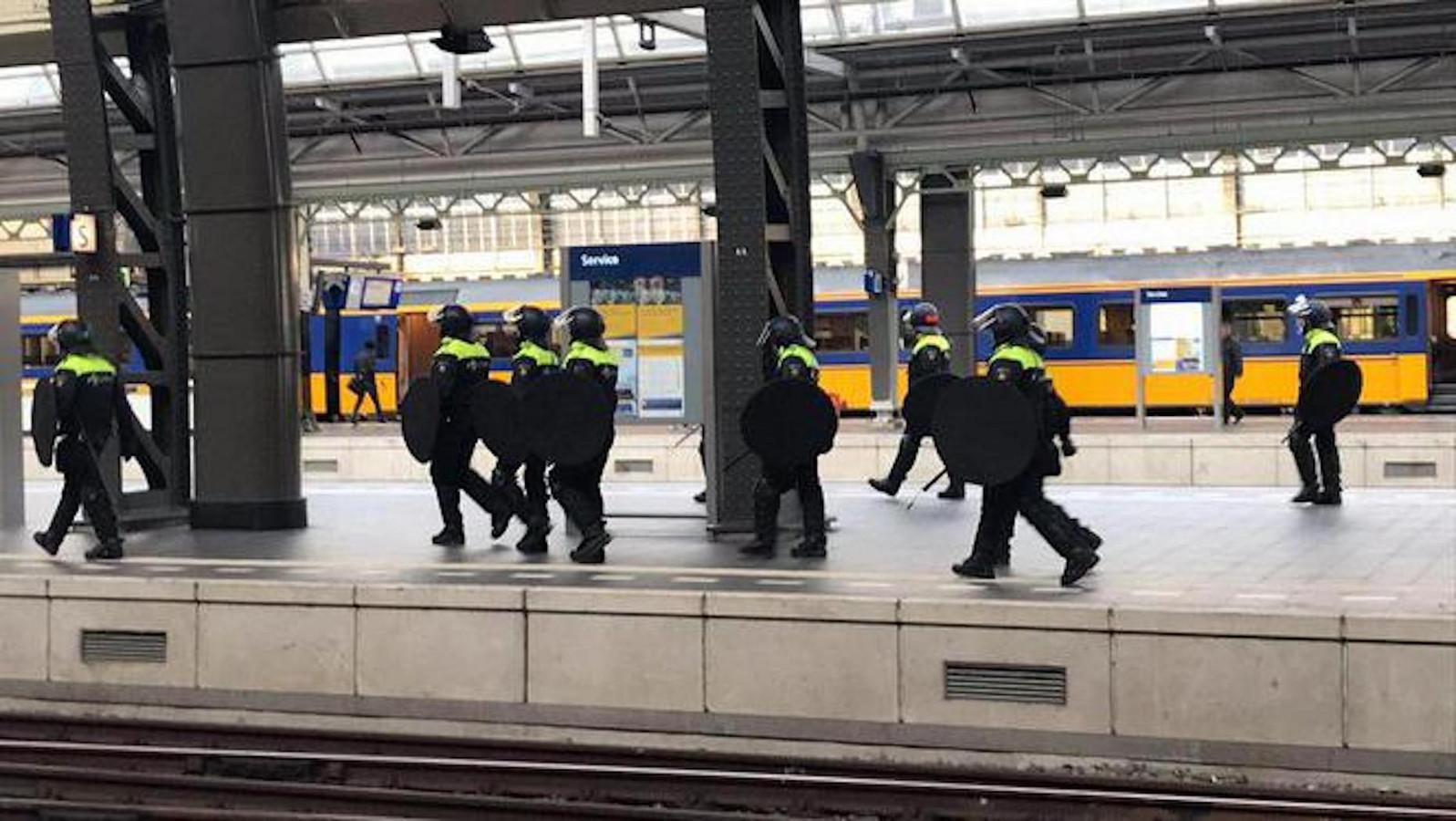 Mobiele eenheid op het Centraal Station zaterdag toen de Willem II supporters arriveerden in Amsterdam.