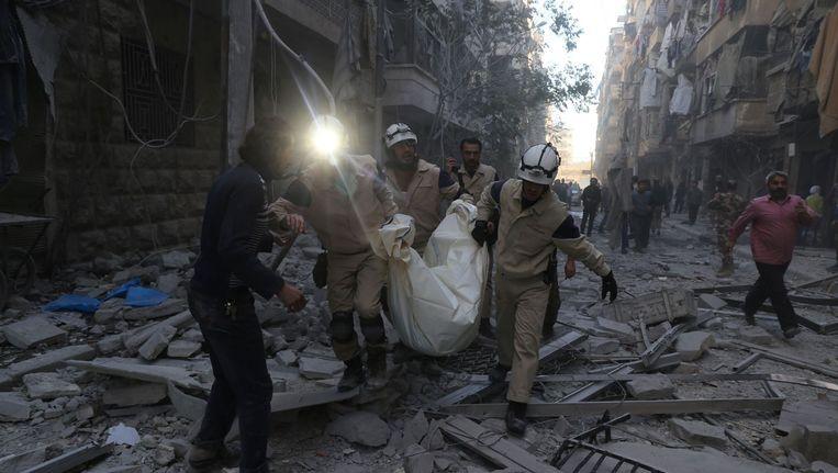 Syrische hulpverleners in Aleppo na een luchtaanval Beeld afp