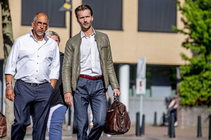 Advocaat Sebas Diekstra (r) arriveert samen met de vader van de doodgeschoten Roos Verschuur bij de rechtbank Midden-Nederland voor de pro-formazitting met Gökmen Tanis.