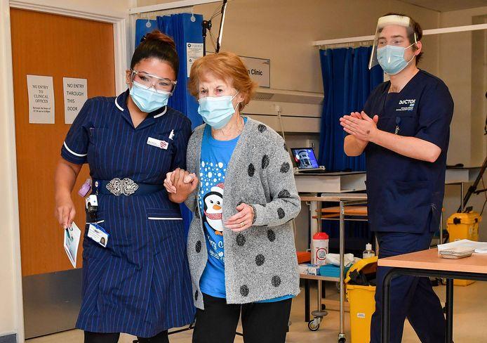 Margaret Keenan met verpleegster May Parsons.