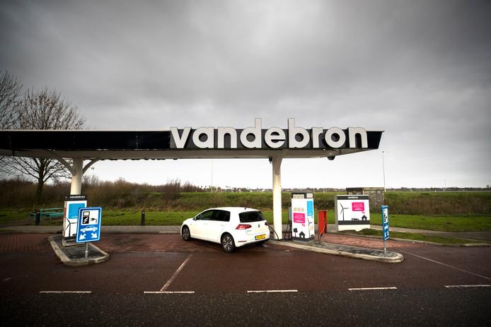 Een laadstation van Vandebron langs de A12.