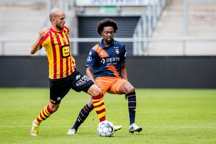 Miquel Nelom (rechts) deed na lang blessureleed een halfuur mee tegen KV Mechelen. Hij probeert Geoffry Hairemans de bal te ontfutselen.
