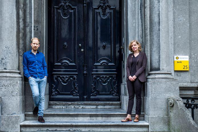 Rutger Bregman en Beatrice de Graaf voor het Universiteitsgebouw aan de Drift,  waar Bregman les kreeg van De Graaf.