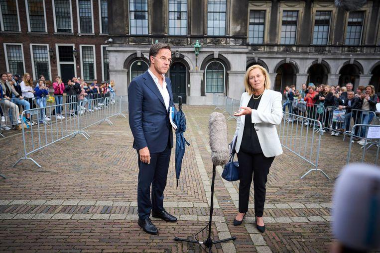 Mark Rutte en Sigrid Kaag komen naar buiten na afloop van een gesprek met informateur Mariette Hamer over de kabinetsformatie. Beeld ANP