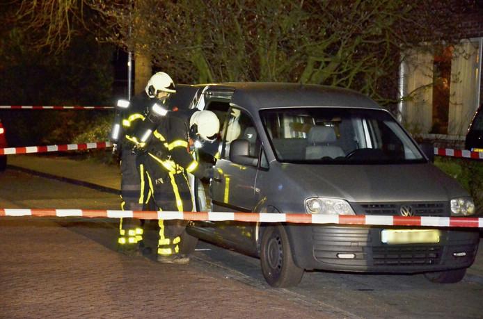 Het verdachte busje in de Vonderstraat wordt onderworpen aan een inspectie.