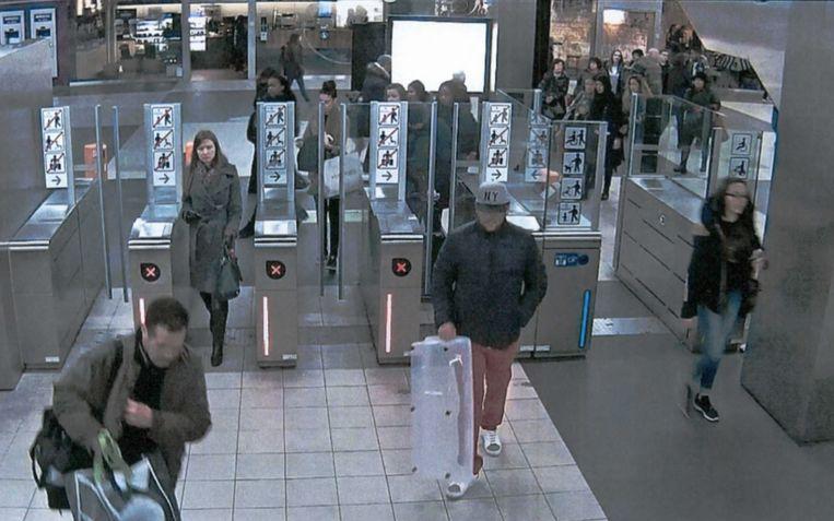 Osama Krayem loopt in station Rogier voorbij een camera met een immense plastic Curver-kuip. Daarin vervaardigden de terroristen het explosief TATP. Beeld RV