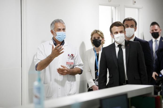 De Franse president Emmanuel Macron op bezoek in het ziekenhuis CHI de Poissy/Saint-Germain-en-Laye, vlak bij Parijs, in maart van dit jaar.