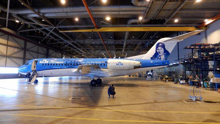 De laatste Fokker 70 van KLM, hier nog in de voormalige Fokkerhangar op Schiphol Oost, heeft voor de afscheidsvlucht de beeltenis van Anthony Fokker op de staart staan Beeld Herman Stil