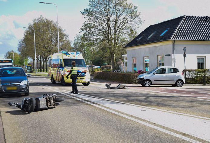 De bestuurder van een scooter raakte gewond bij een aanrijding met een auto in Velswijk, bij Zelhem.