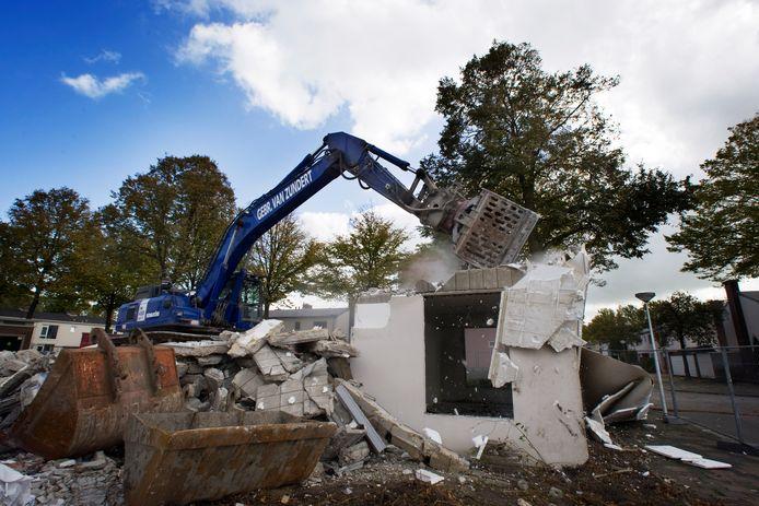 De bouw van de tweede reeks nieuwe woningen gaat beginnen. Onderwijl gaat de sloop van verpauperde panden uit de jaren vijftig voort.