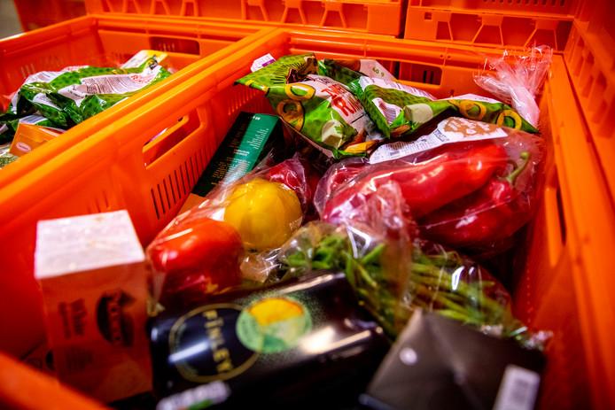 Krat gevuld met etenswaren voor voedselbank.