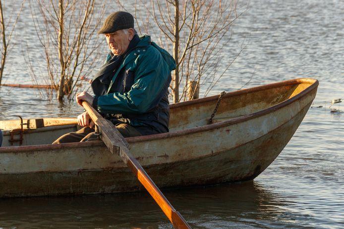 Johan Groten moet per boot naar zijn huis. Door het hoge water in de IJssel woont hij op een eiland.