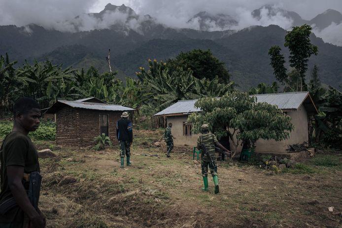 Congolese soldaten patrouilleren in het dorp Mwenda in het noordoosten van het land, nadat het werd aangevallen door de gewapende groep ADF.