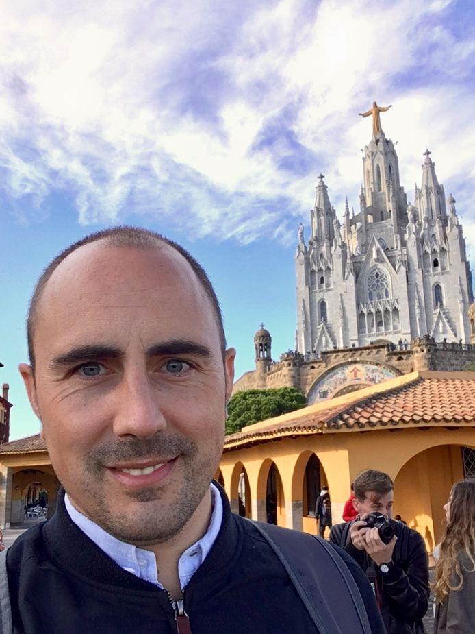 Bart de Munnik (38) uit Huissen trok in 2007 naar Londen en woont sinds 2018 met vrouw en twee kinderen in Barcelona. Hier poseert hij voor de beroemde Sagrada Familia.