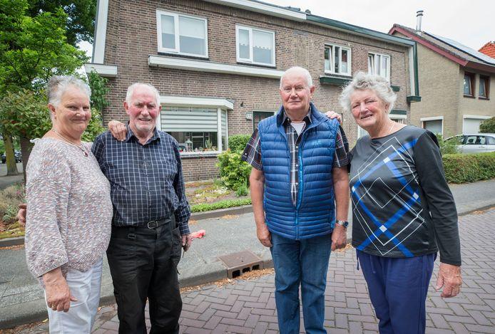 Petronella, Huub, Henk en Tine Weterings voor hun geboortehuis in Rijen.